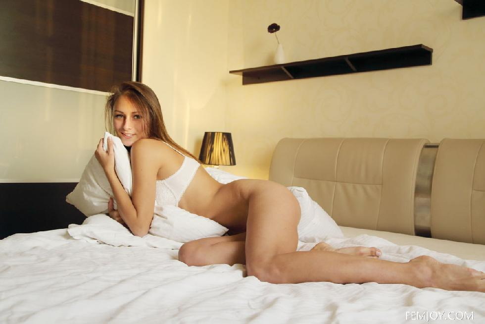 Stunning Yarina is tempting on the bed - 8