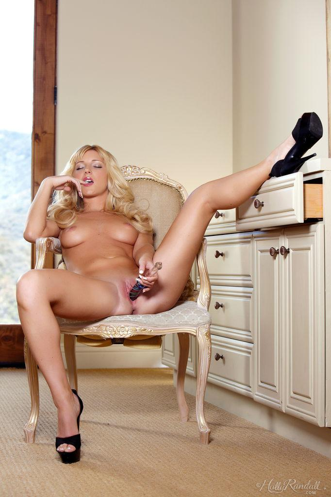 Blonde Nikki Lee Young is showing you how she's relaxing - 13