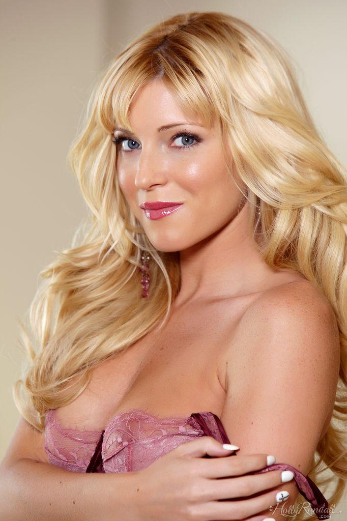 Blonde Nikki Lee Young is showing you how she's relaxing - 3