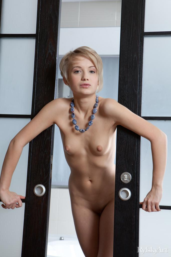 Short-haired Dianda let's you see her meaty pussy - 2