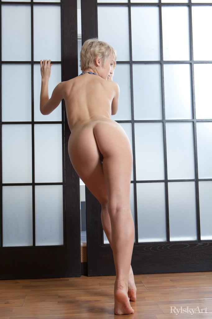 Short-haired Dianda let's you see her meaty pussy - 6