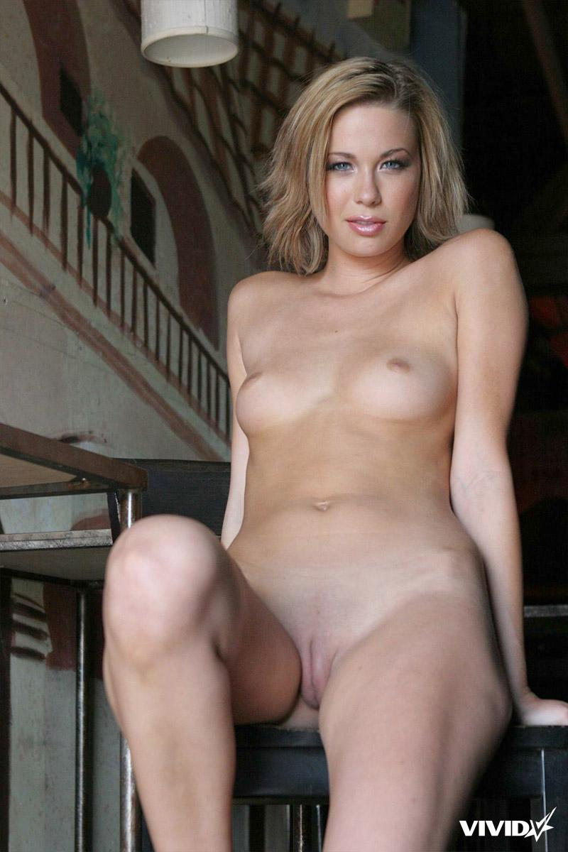 Stefani Morgan likes to spread her legs in a bar - 16