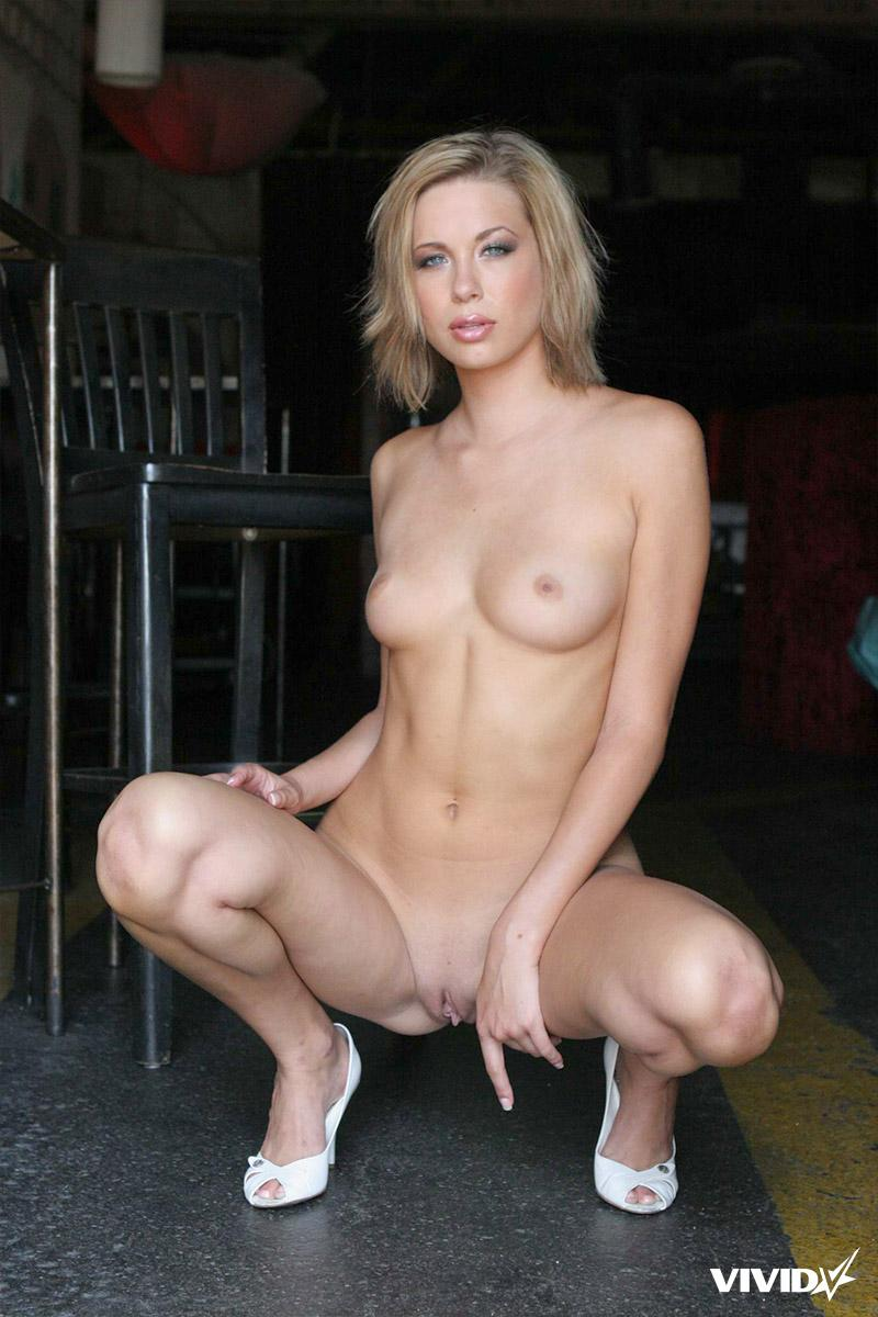 Stefani Morgan likes to spread her legs in a bar - 9