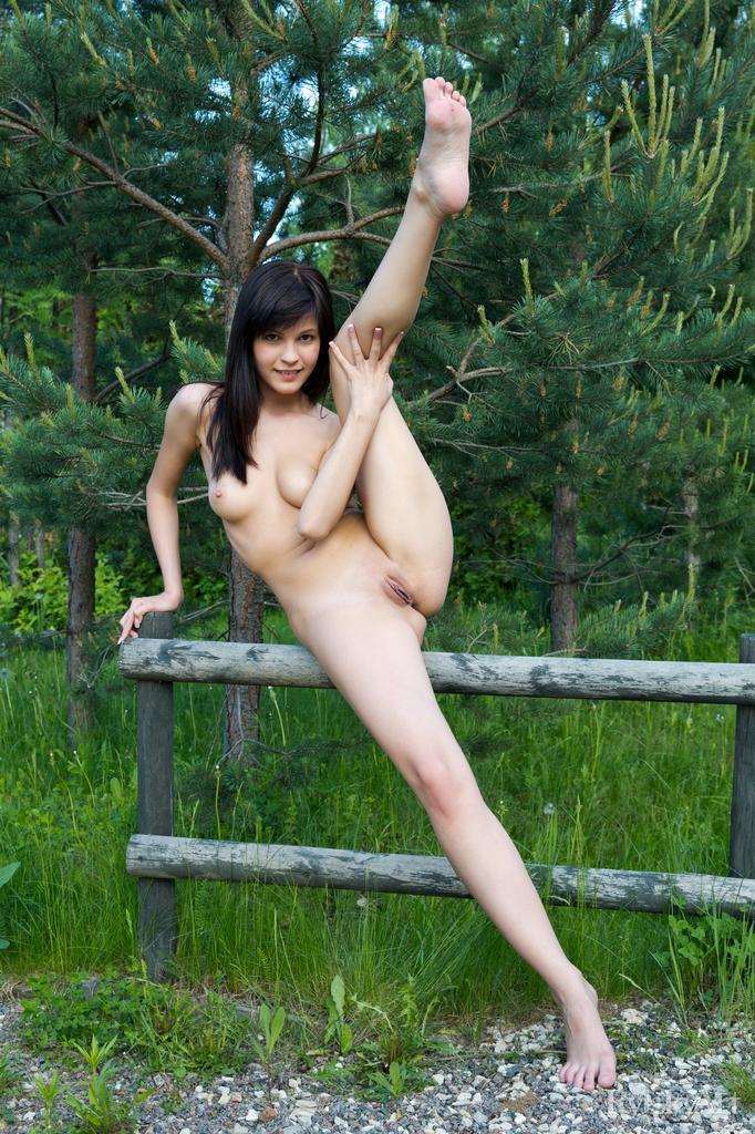 Zelda likes to undress in the natural setting - 9