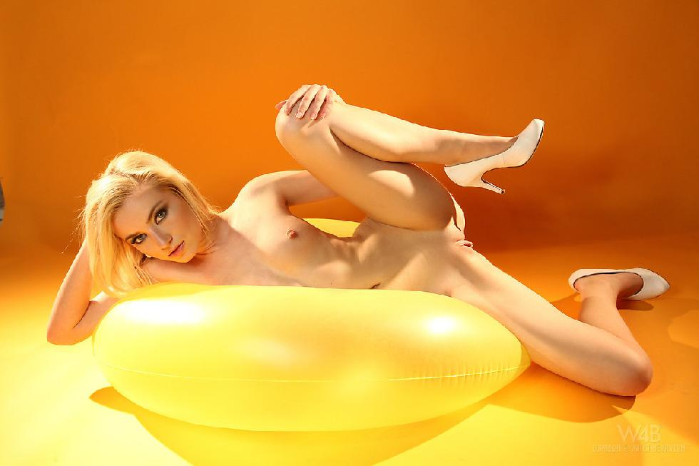 Fabulous blonde shows amazing ass - Diana - 9