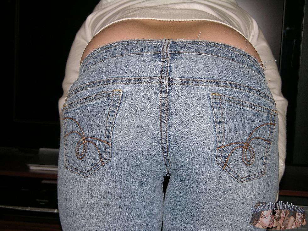 Amateur Kelsie is spreading her butt - 4