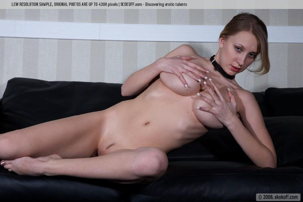 Naked Katy shows wonderful natural breasts - 1