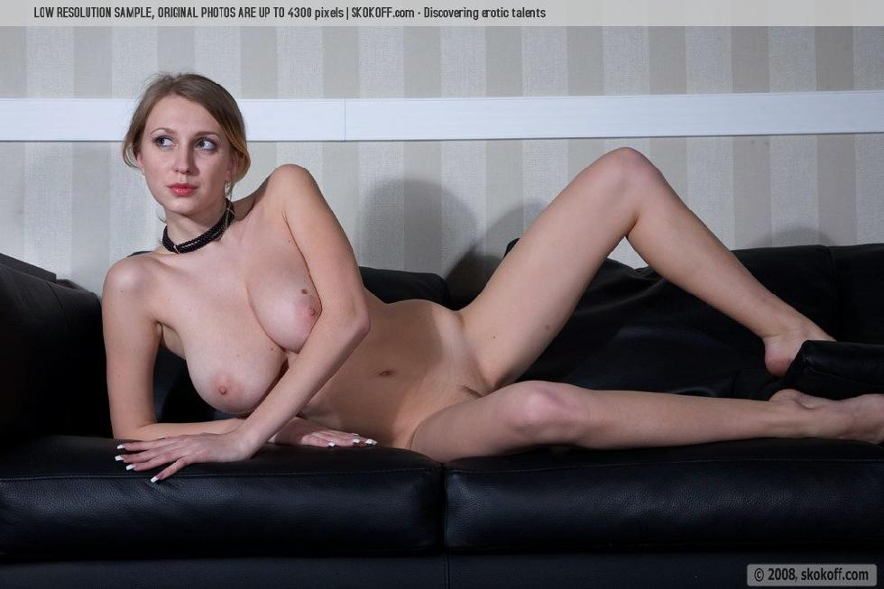Naked Katy shows wonderful natural breasts - 2