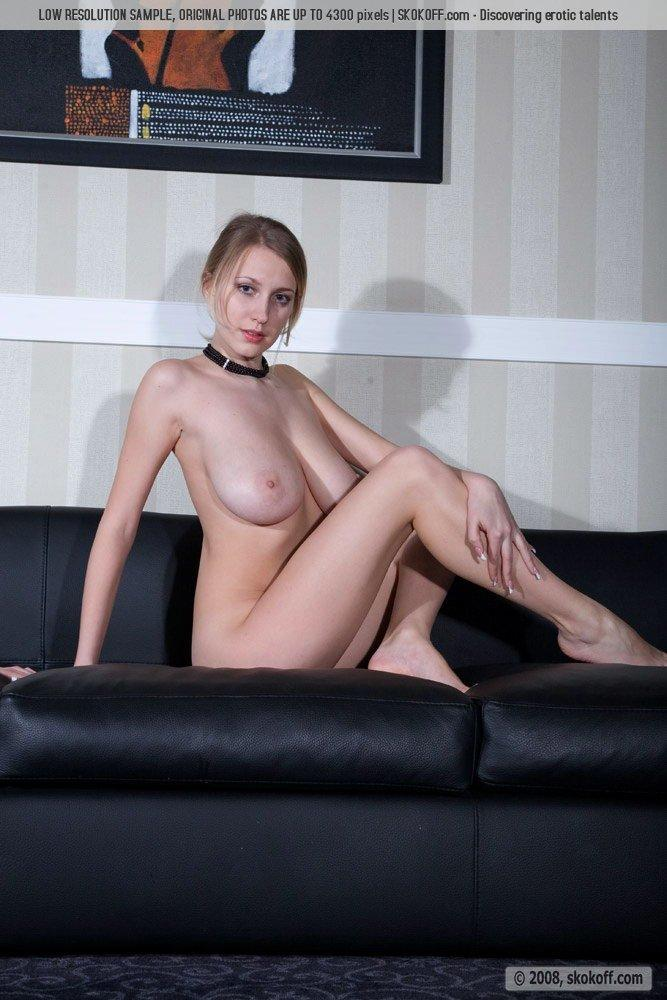 Naked Katy shows wonderful natural breasts - 3