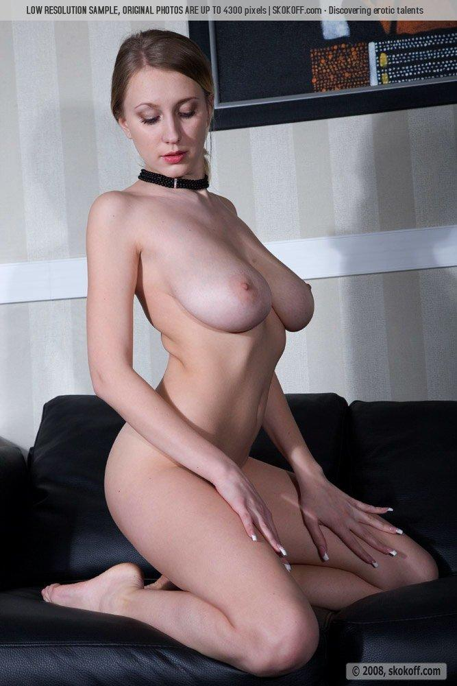 Naked Katy shows wonderful natural breasts - 8