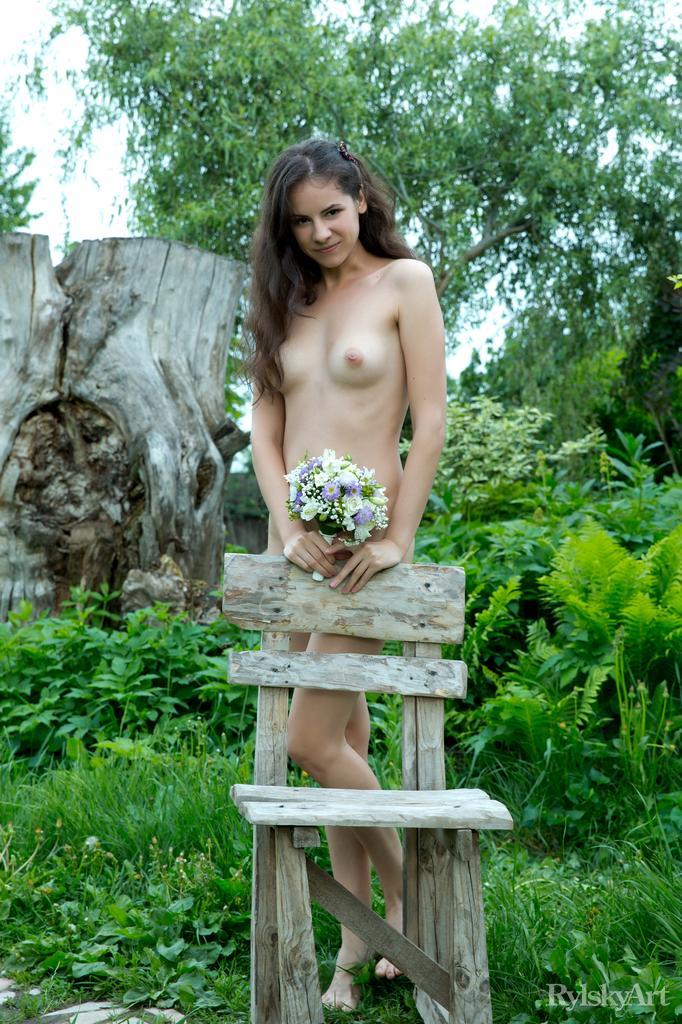Swan's pussy and butt loves nature - 1