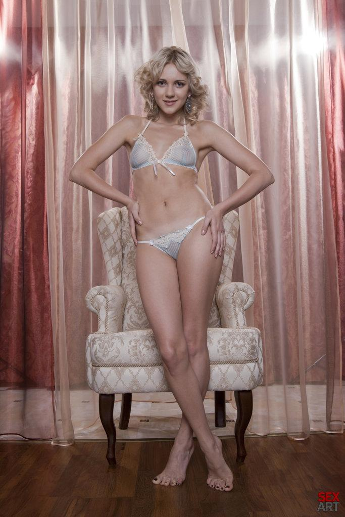 Blonde Niki Mey in a sexy vintage session - 1