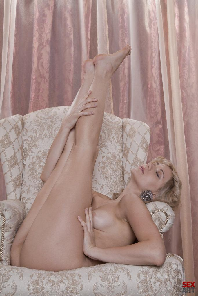 Blonde Niki Mey in a sexy vintage session - 8