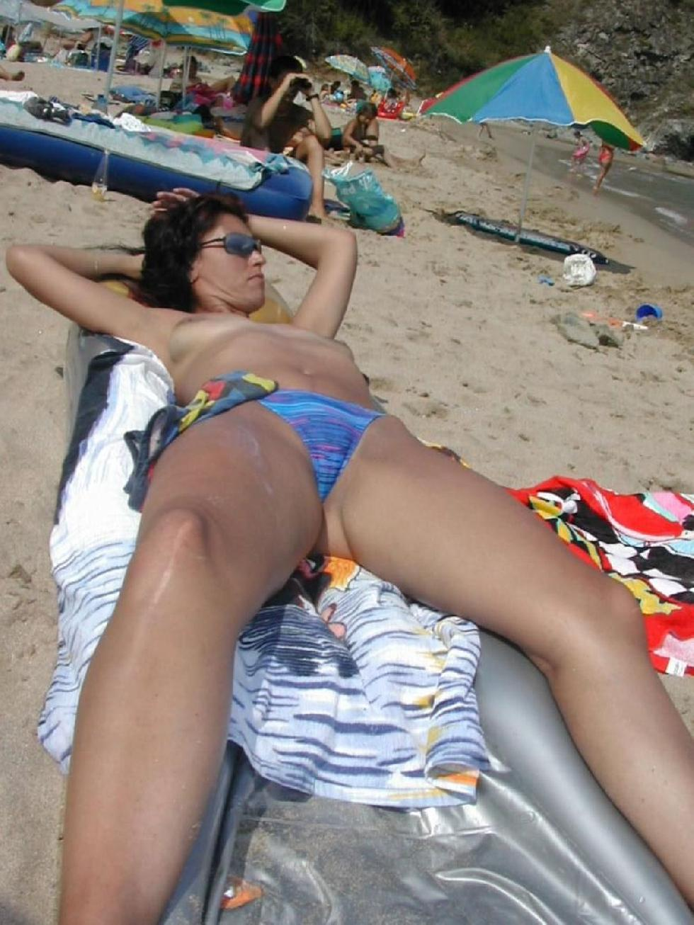 Topless and nude amateurs on the beach. Part 1 - 13