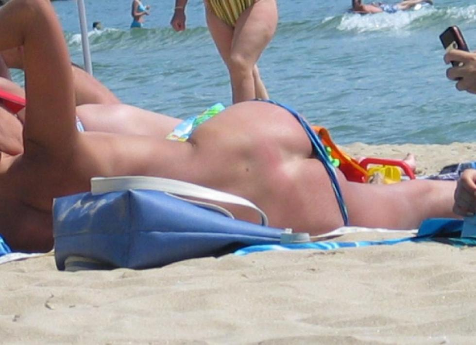 Topless and nude amateurs on the beach. Part 1 - 14