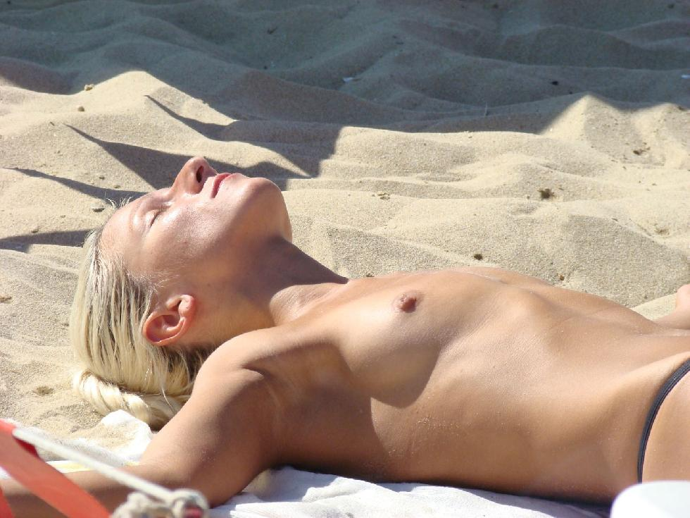 Topless and nude amateurs on the beach. Part 1 - 19