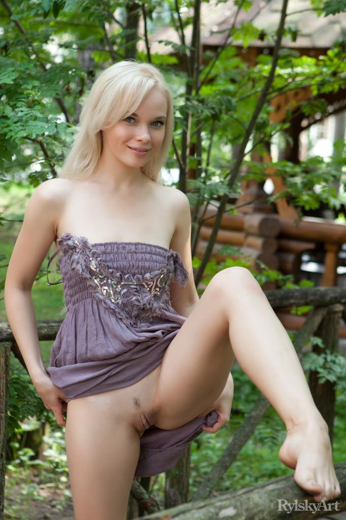 Gorgeous blonde with very long hair - Feeona - 6