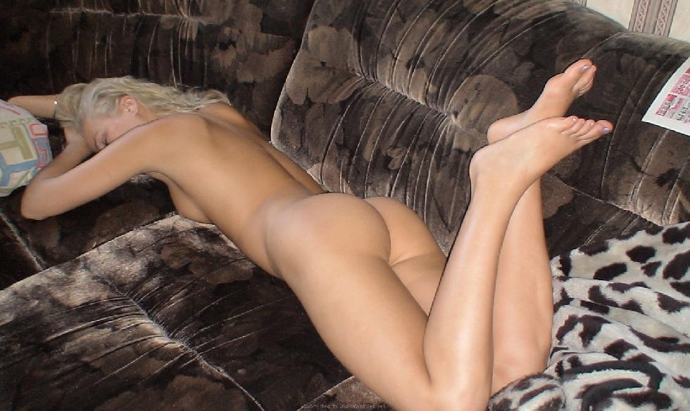 Gorgeous blonde amateur is spreading her legs - 4