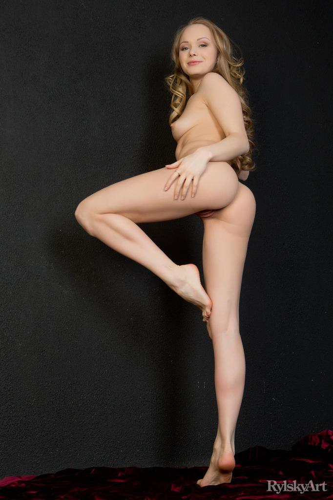 Long-haired blonde model with pretty ass - Mia - 7