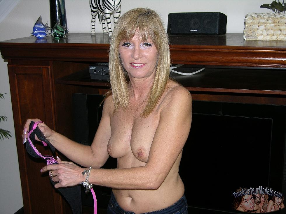 Sexy mom shows her ass and pussy - Jessica