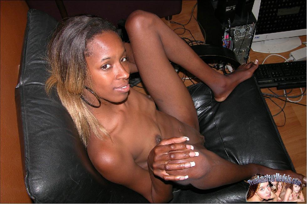 Skinny black girl is showing her ass - Stephiane - 5