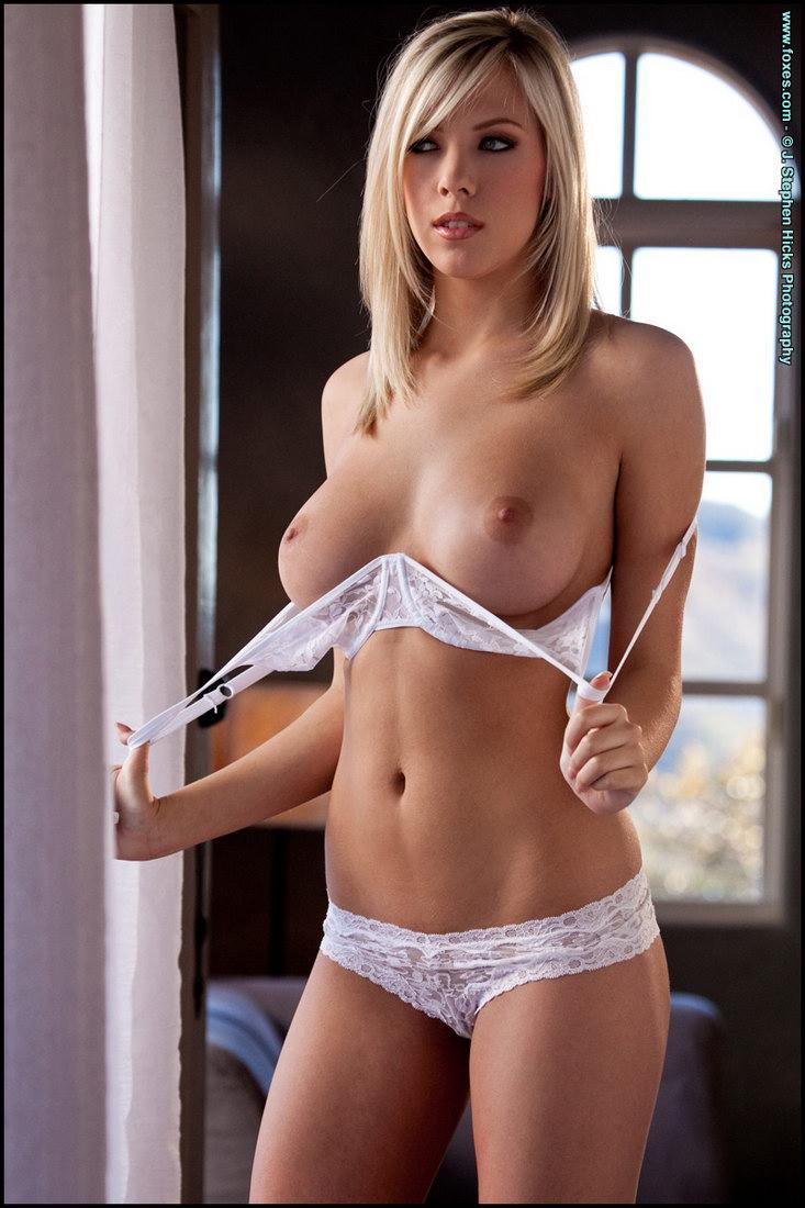 Blonde temptress is showing meaty pussy - Bibi Jones - 3