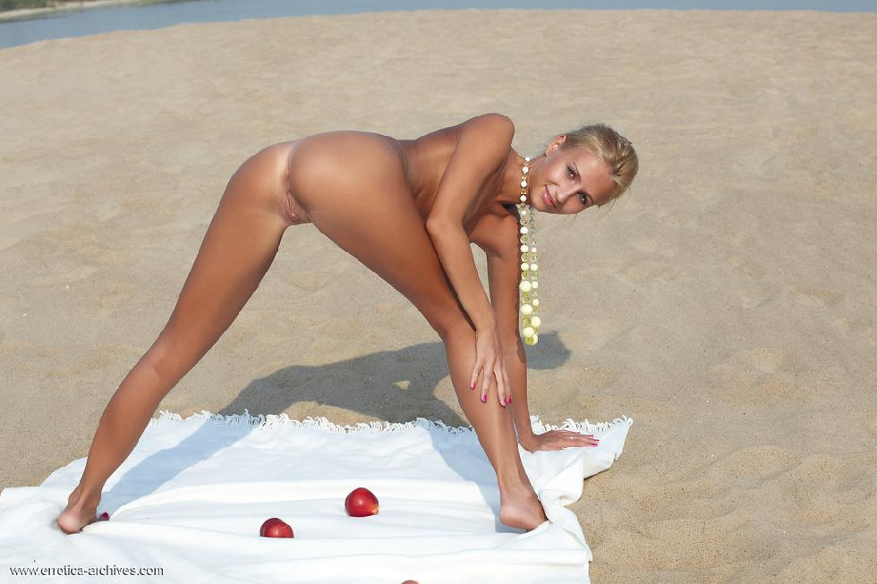 Picnic on the beach with beautiful Afina - 10