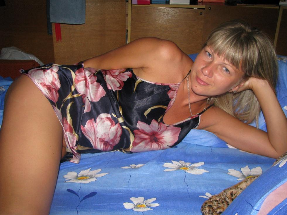 Tanned wife is showing her meaty pussy - 1