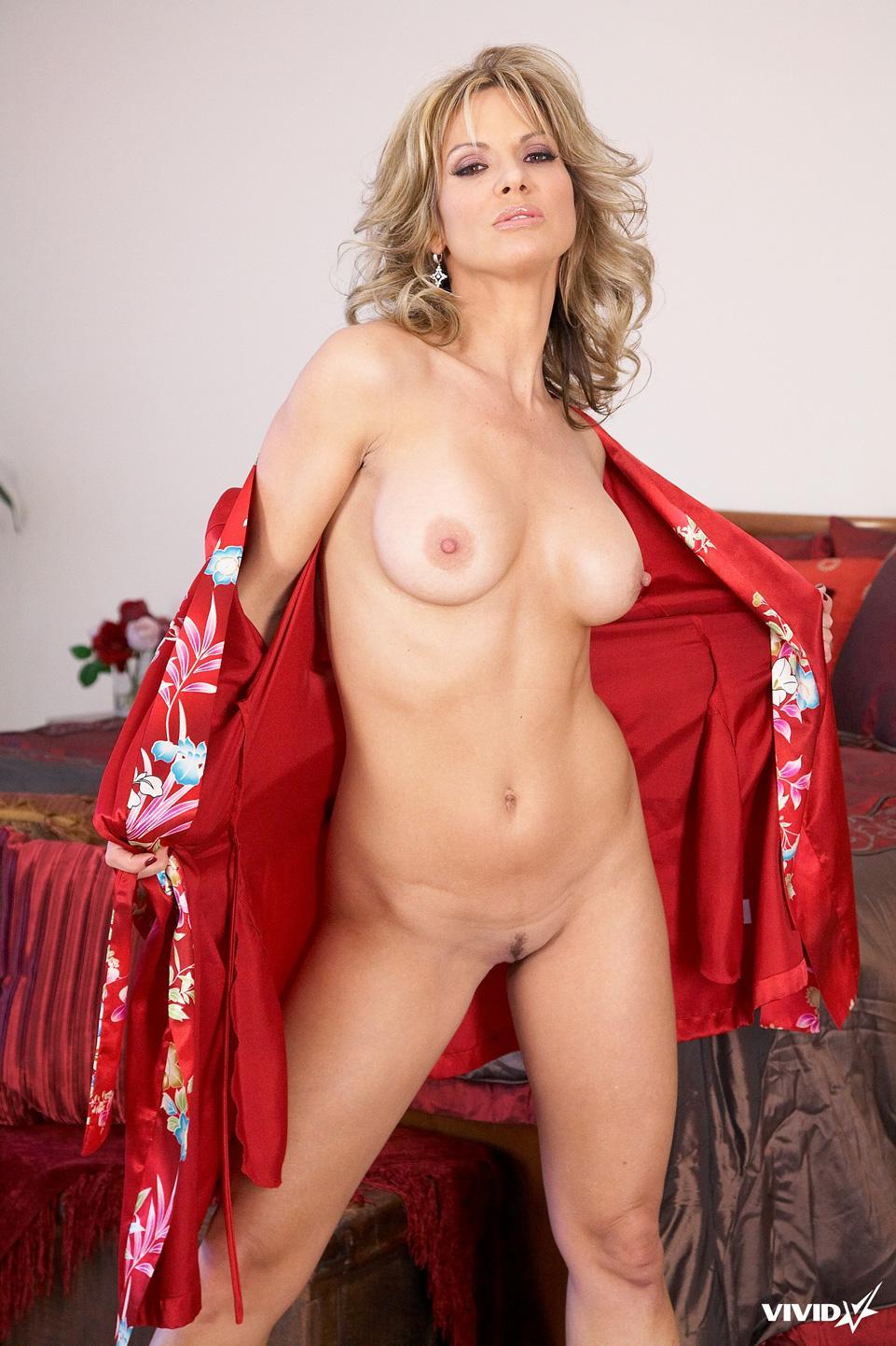 Sexy MILF is tempting in her bedroom - Savanna Samsons - 4