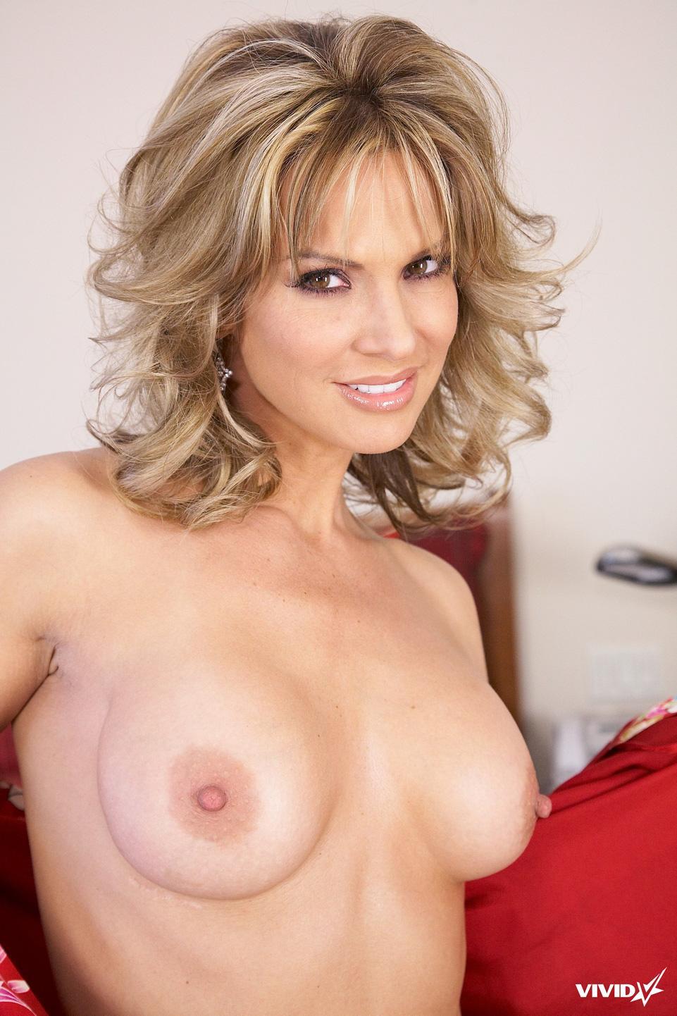 Sexy MILF is tempting in her bedroom - Savanna Samsons - 5