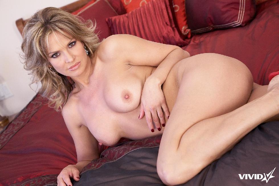 Sexy MILF is tempting in her bedroom - Savanna Samsons - 9