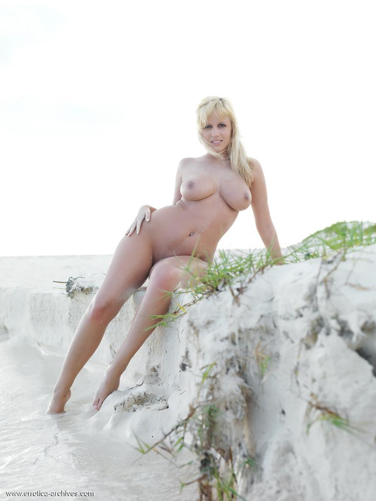 Wonderful Keira is posing on the beach - Bonjour Mesdames