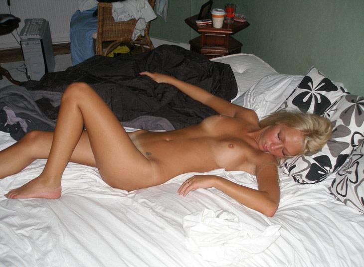 Tanned blonde amateur shows young body - 7