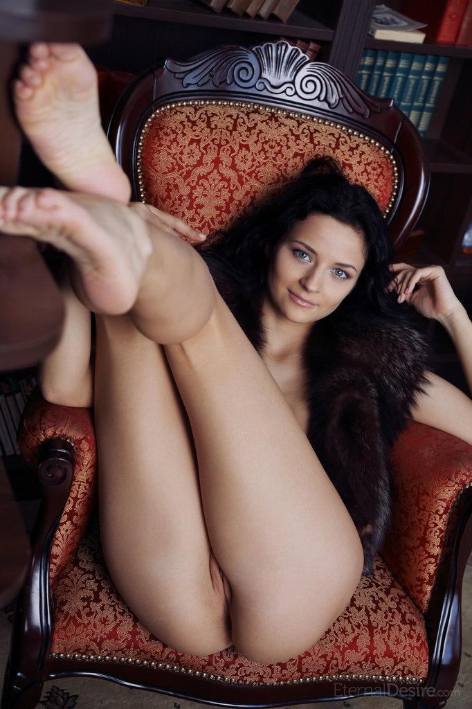 Blue-eyed Ardelia is spreading her legs - 5
