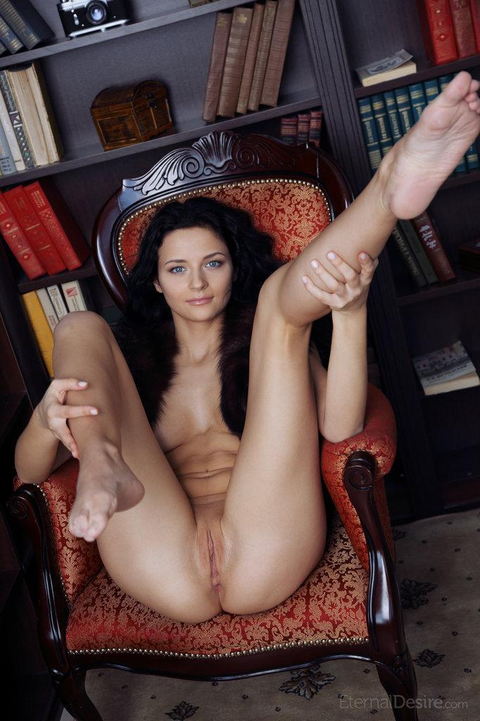 Blue-eyed Ardelia is spreading her legs - 6