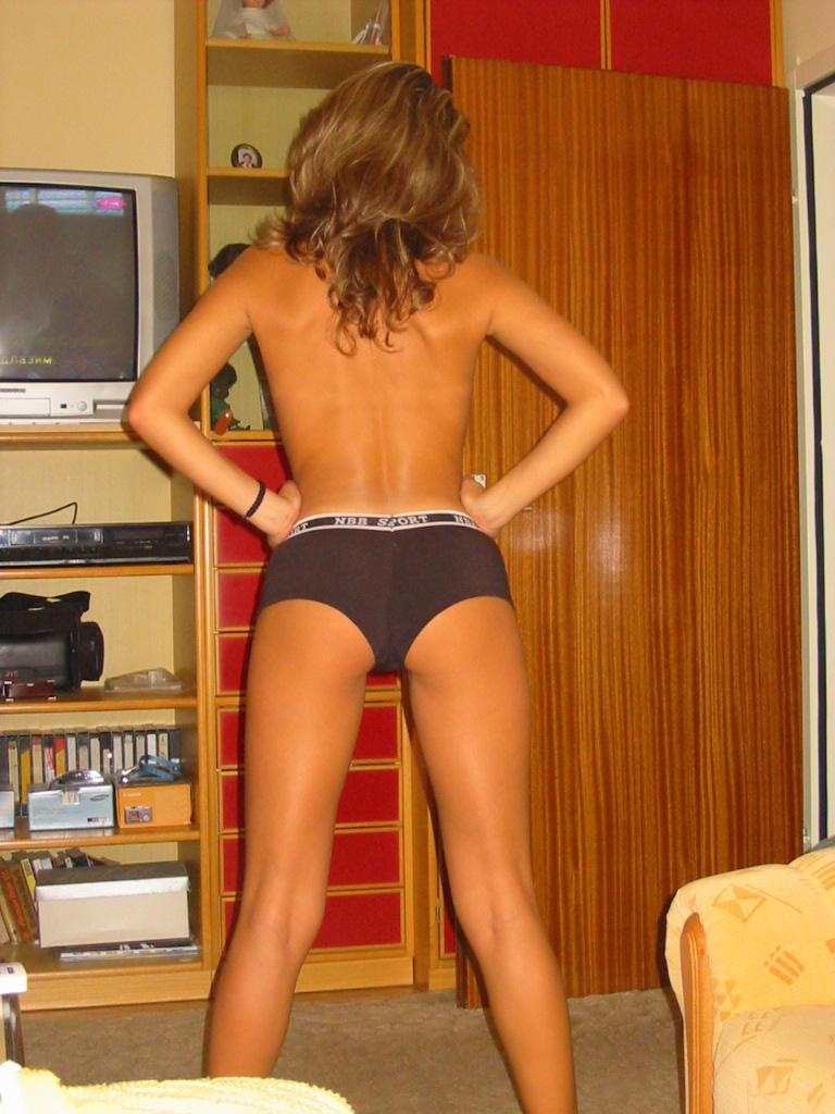 Amateur is showing sexy tanned ass - 2