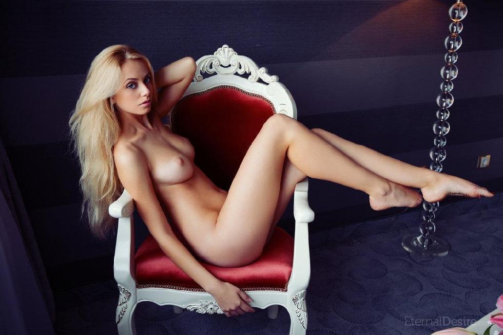 Naked Jennifer Mackay shows her stunning body - 13