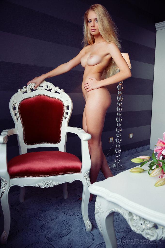 Naked Jennifer Mackay shows her stunning body - 3