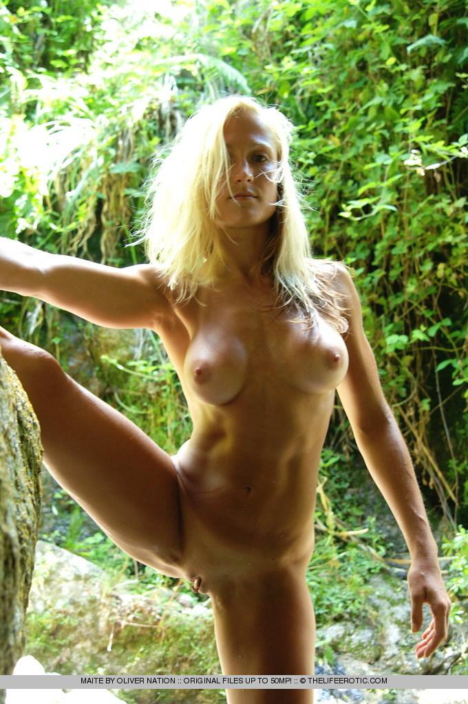 Maite shows her fitness body in nature - 8