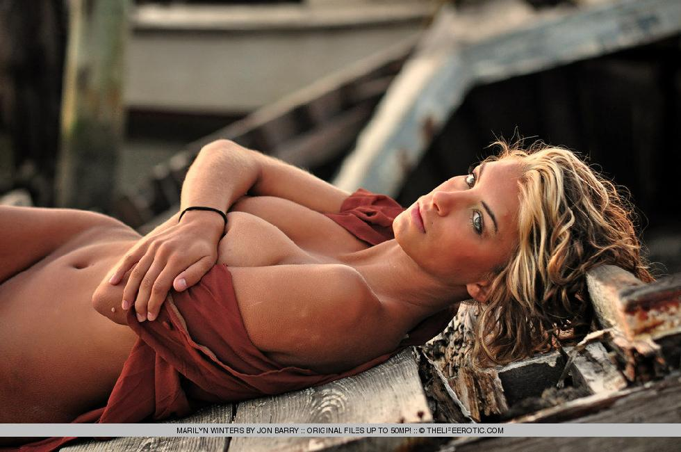 Sensual Marilyn Winters is posing by sunset - 4