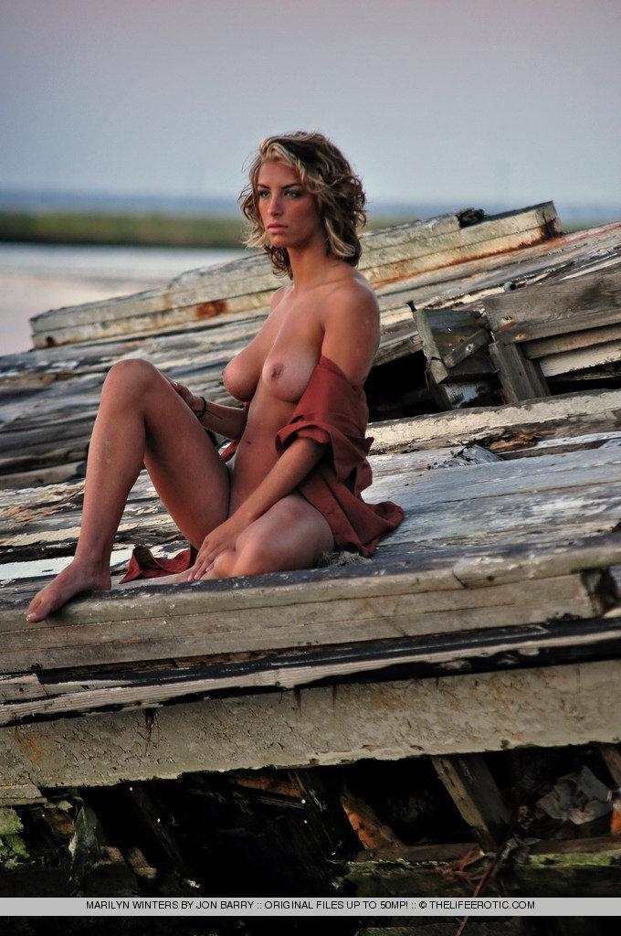 Sensual Marilyn Winters is posing by sunset - 5
