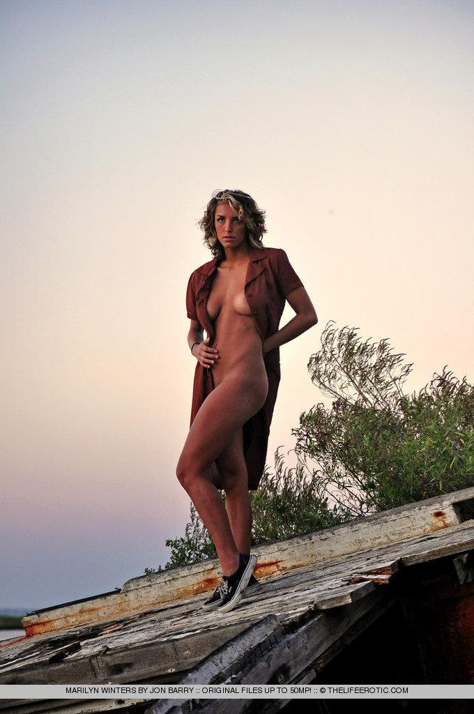 Sensual Marilyn Winters is posing by sunset - 6