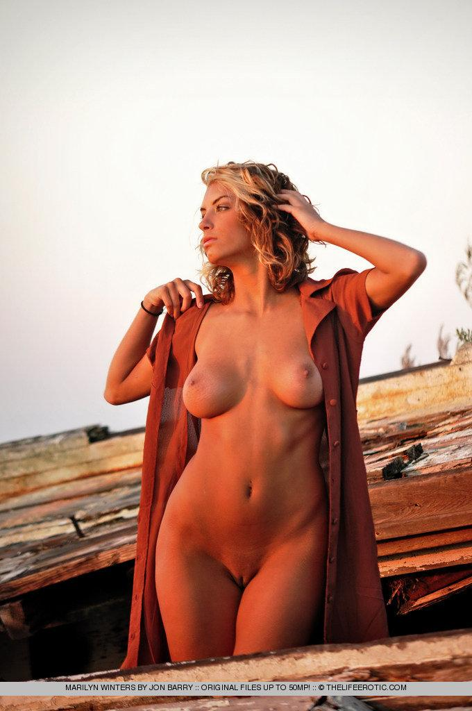 Sensual Marilyn Winters is posing by sunset - 7