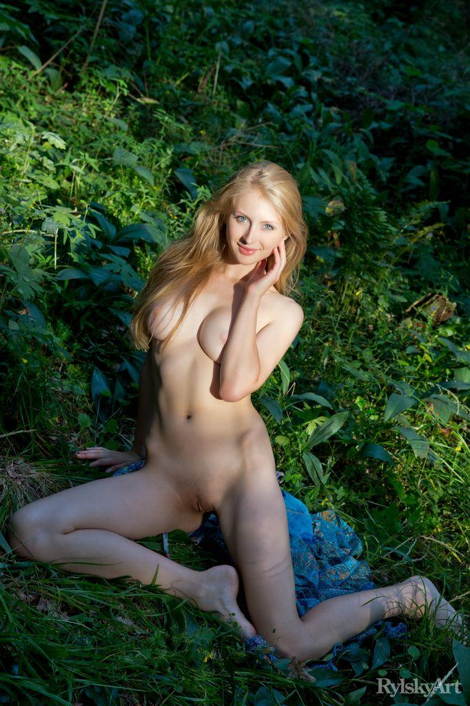 Stunning blonde in the forest - Daisy Gold - 5