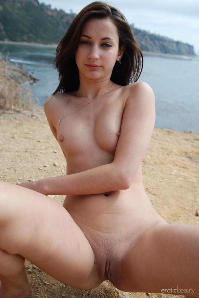 Marvelous Georgia Jones is posing on the Island - 10