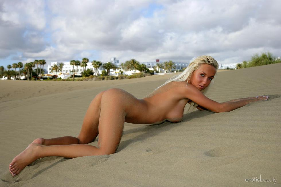 Naked seductress on the beach - Emma - 11