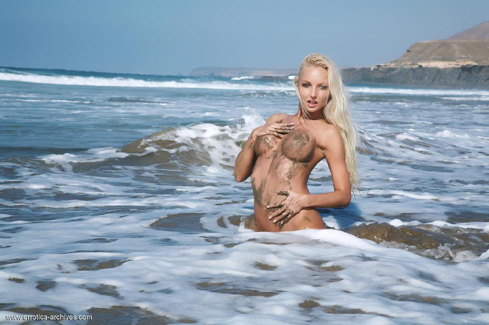 Naked blonde chick on the beach - Victoria - 13