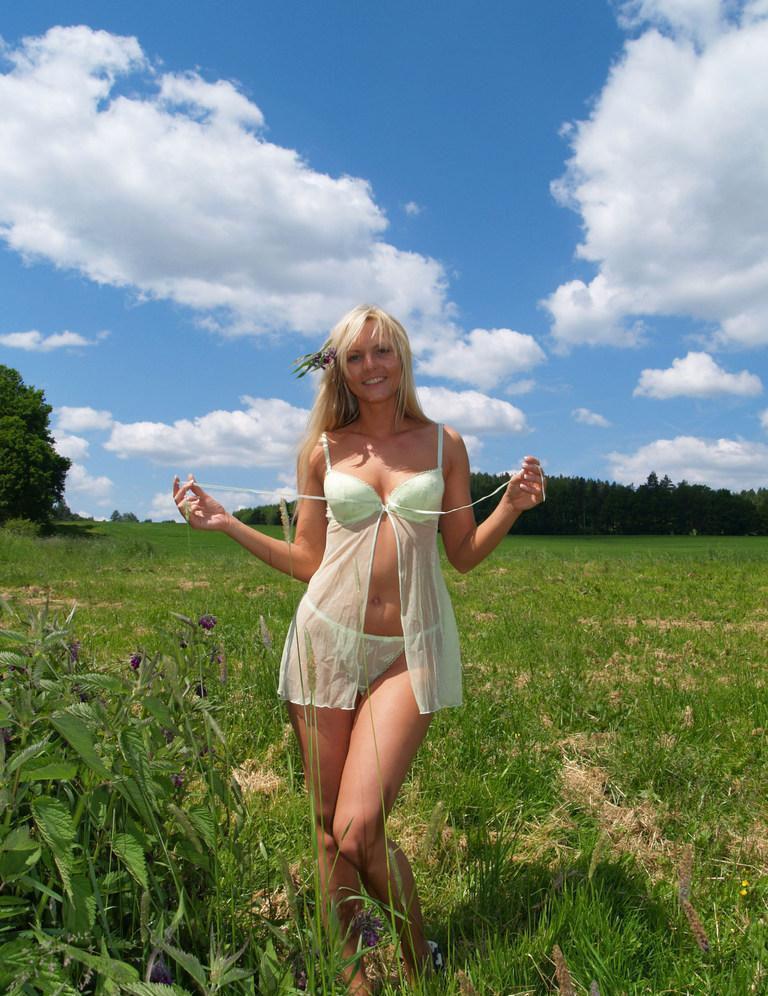 blonde_girl_is_posing_in_nature_1.jpg?15