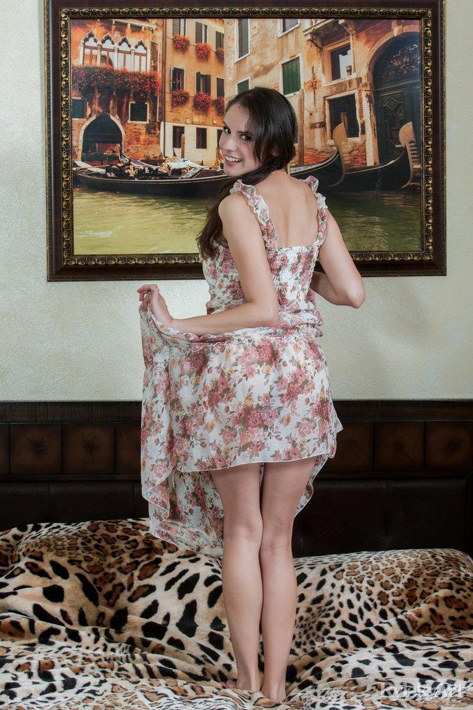 Slim girl shows pretty firm ass - Swan (16 pics) | Erooups.com