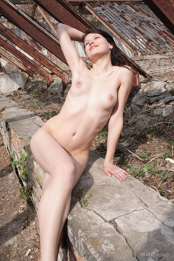 Lovely Diann is posing naked outdoor